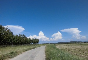 On retrouve les formes caractéristiques d'enclumes des cumulonimbus à gauche et droite. (photo taken by Glg) [CC BY-SA 2.0 de ()],